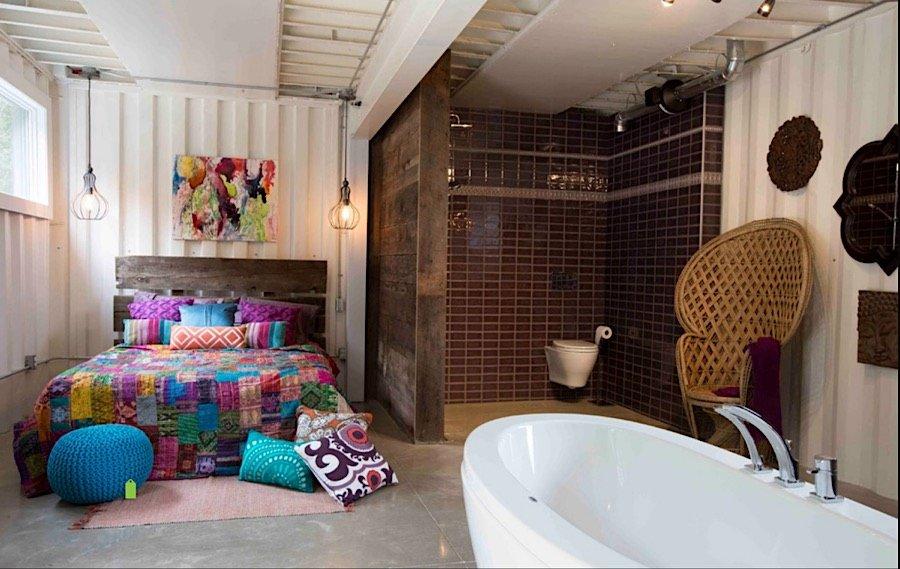Interiér kontajnerového domu - kúpelňa spojená so spálňou