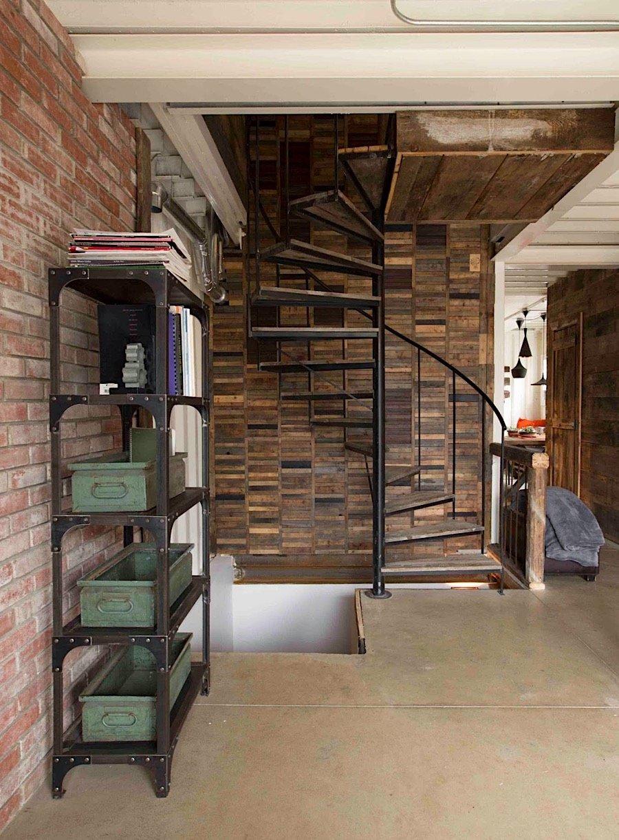 Interiér kontajnerového domu - špirálové schodisko