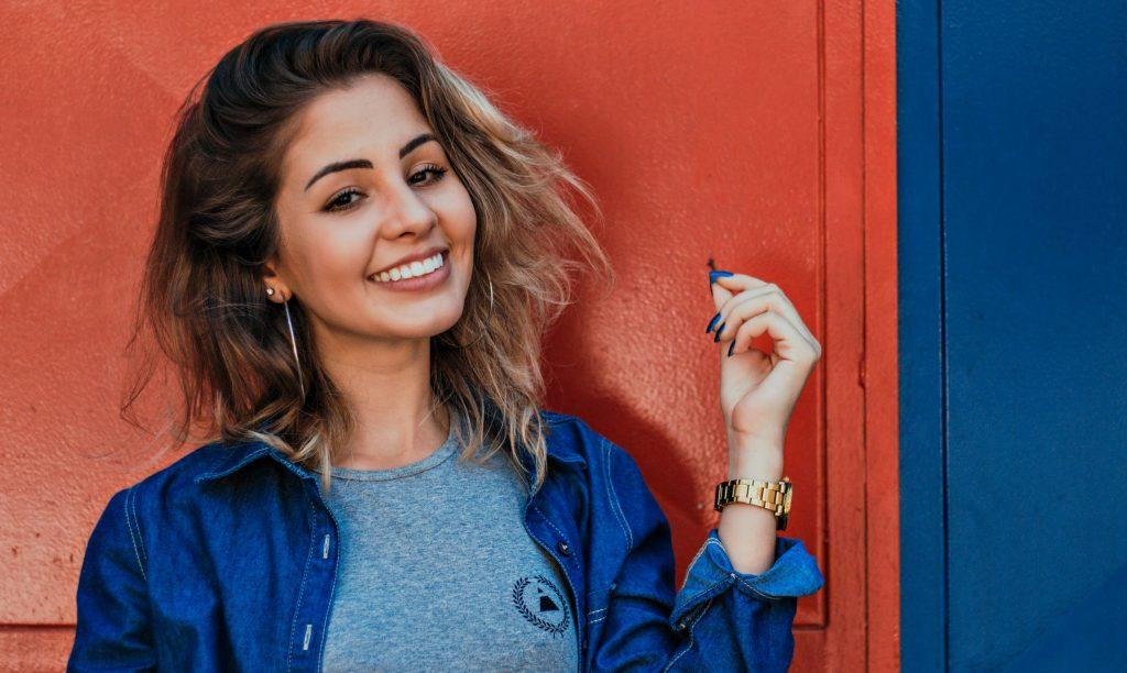 Silná žena s úsmevom